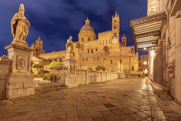 Tour di Palermo di Notte Presso la Cattedrale